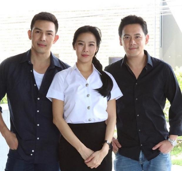"""Vừa bước sang tuổi tứ tuần, HLV The Face Thái gây sốt khi mặc đồng phục học sinh, """"cưa sừng làm nghé"""" trong phim mới - Ảnh 8."""