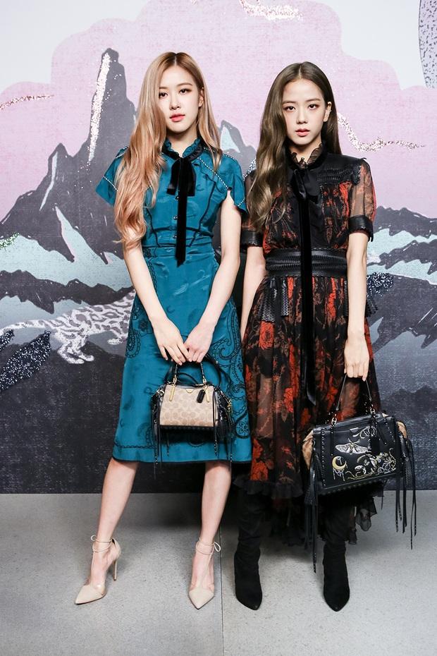 Khi diện váy, Jisoo (BLACKPINK) thường áp dụng 4 tips hack dáng nên dù không cao nhưng ai cũng phải ngước nhìn - Ảnh 10.