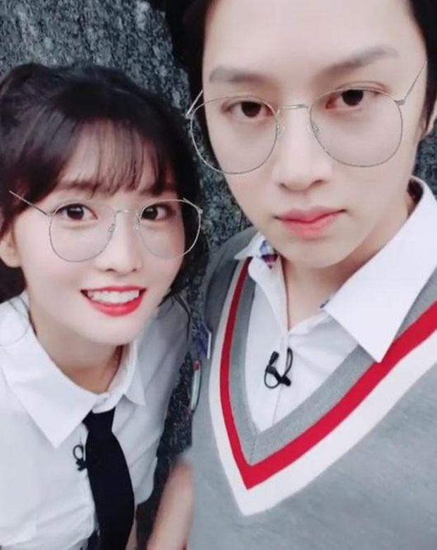Jihyo và Momo (TWICE) ra mà xem bạn trai của 2 cô thả thính nhau trên sóng truyền hình kìa! - Ảnh 1.
