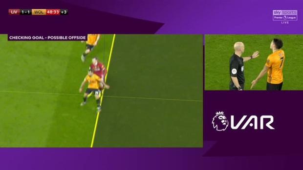VAR ở Ngoại hạng Anh ngày càng quá đáng: Nhà nhà oán thán, cả trận đấu bỗng chốc thu bé lại vừa bằng 1 centimet - Ảnh 6.