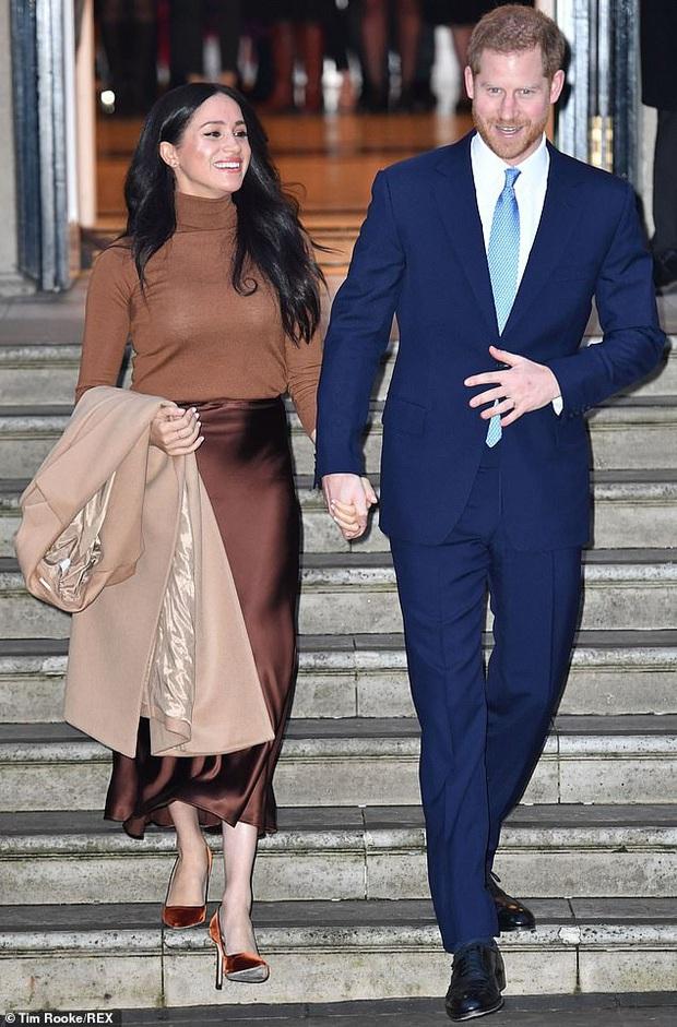 Vừa 'chân ướt chân ráo' rời Hoàng gia Anh, vợ chồng Hoàng tử Harry và Meghan Markle đã được ông lớn Netflix săn đón như siêu sao - Ảnh 1.