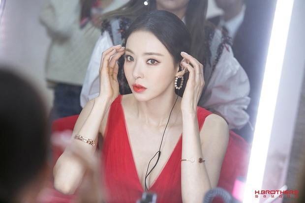Ảnh hậu trường của ác nữ Lee Da Hee ở Grammy Hàn: Đẹp cỡ nào mà lấn át cả Kim Tae Hee và BTS? - Ảnh 2.