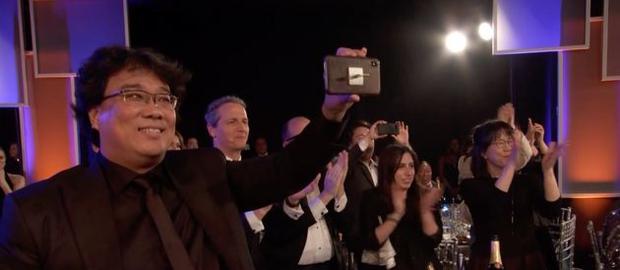 3 khoảnh khắc đáng nhớ của SAG Awards 2020: Brad Pitt nhìn Jennifer Aniston âu yếm, tình cũ cùng rủ tái hợp tới nơi rồi? - Ảnh 3.