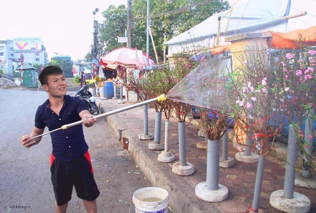 Cười lăn với ảnh chế tuyển thủ Việt Nam ngày giáp Tết: Quang Hải, Công Phượng đi buôn đào, thầy Park cũng hai tay hai cành đào chơi Tết - Ảnh 1.