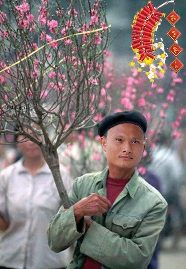 Cười lăn với ảnh chế tuyển thủ Việt Nam ngày giáp Tết: Quang Hải, Công Phượng đi buôn đào, thầy Park cũng hai tay hai cành đào chơi Tết - Ảnh 3.