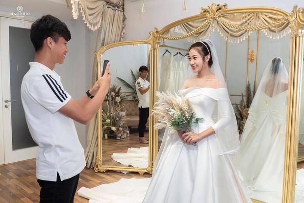 Văn Đức đưa Nhật Linh đi thử váy cưới, nhan sắc cô dâu không cần bàn cãi nhưng sao nhìn vòng eo trông cứ sai sai - Ảnh 3.