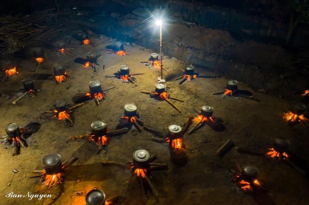 Những nồi bánh tét đỏ lửa ở Kon Tum khiến bao người xao xuyến: Tết đã đến rất gần rồi - Ảnh 2.