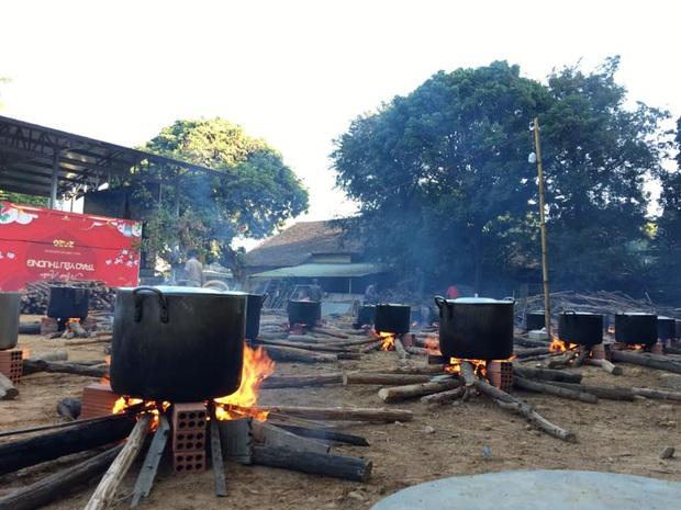 Những nồi bánh tét đỏ lửa ở Kon Tum khiến bao người xao xuyến: Tết đã đến rất gần rồi - Ảnh 3.