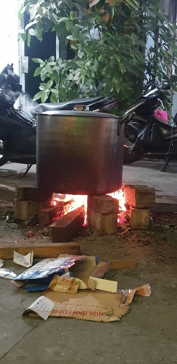 Những nồi bánh tét đỏ lửa ở Kon Tum khiến bao người xao xuyến: Tết đã đến rất gần rồi - Ảnh 5.