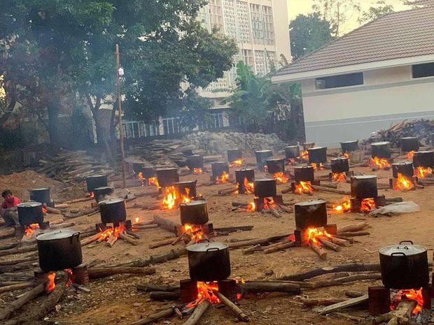 Những nồi bánh tét đỏ lửa ở Kon Tum khiến bao người xao xuyến: Tết đã đến rất gần rồi - Ảnh 1.
