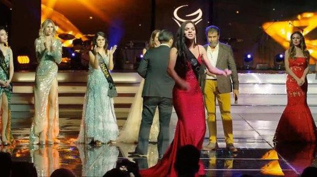 Chuyện hi hữu ở đấu trường sắc đẹp quốc tế: Mỹ nhân Colombia la lối chửi BTC thiếu minh bạch, dàn người đẹp vỗ tay hưởng ứng - Ảnh 1.