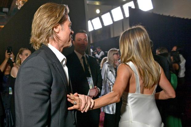 Nóng nhất lễ trao giải đầu năm: Brad Pitt và Jennifer Aniston công khai gặp mặt sau 15 năm ly hôn, ánh mắt gây chú ý - Ảnh 1.