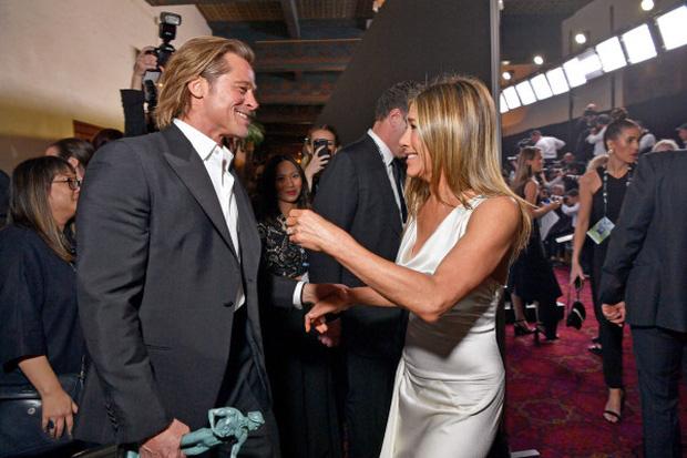 Nóng nhất lễ trao giải đầu năm: Brad Pitt và Jennifer Aniston công khai gặp mặt sau 15 năm ly hôn, ánh mắt gây chú ý - Ảnh 2.