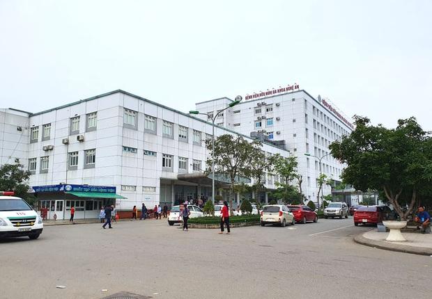Xác minh thông tin bác sĩ không mặc quần dài ôm nữ sinh viên ngủ trong bệnh viện - Ảnh 2.