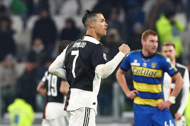 Hội chị em dậy sóng khi nhìn Ronaldo khóa môi anh chàng tiền đạo trẻ đẹp trai nhất đội ngay trên sân đấu - Ảnh 4.