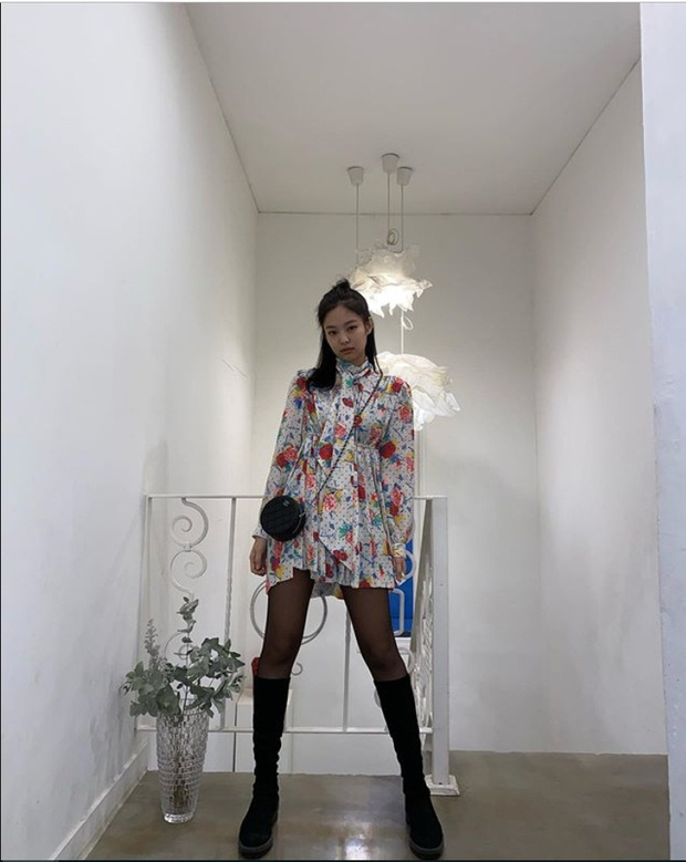 Hiếm ai được như Jennie (BLACKPINK): Mặc đồ bánh bèo hoa hoè mà cũng cực sang và khoe được body triệt để! - Ảnh 3.