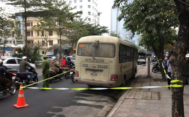 Nam tài xế ở Hà nội tử vong trên vô lăng, cửa xe có vết máu - Ảnh 1.