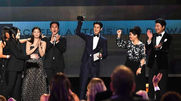 Dàn sao Parasite vỡ oà ẵm giải danh giá nhất tại SAG Awards 2020, anh Phượng tiếp tục rinh tượng vàng - Ảnh 1.