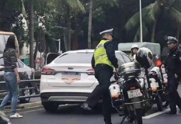 Biết mình vi phạm luật giao thông, người phụ nữ quyết định dùng cách siêu lầy để tránh lộ biển số xe - Ảnh 2.