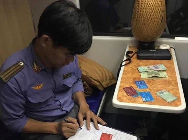 Nhân viên đường sắt trả lại hàng chục triệu đồng cho khách - Ảnh 1.