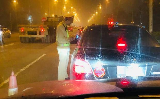 Cục CSGT trả lời về nghi vấn tài xế phải thổi chung ống kiểm tra nồng độ cồn khi vào cao tốc - Ảnh 1.