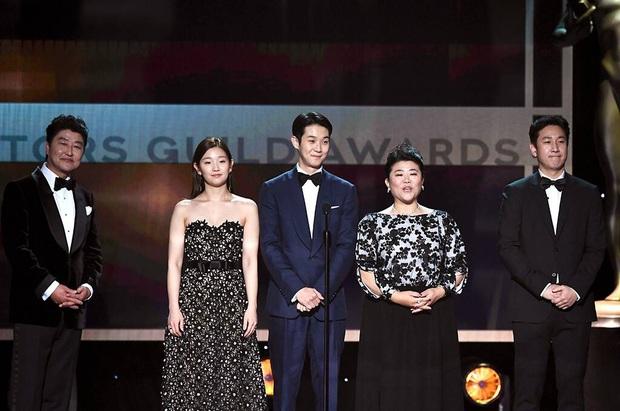 Dàn sao Parasite vỡ oà ẵm giải danh giá nhất tại SAG Awards 2020, anh Phượng tiếp tục rinh tượng vàng - Ảnh 2.