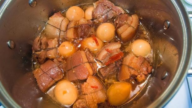 """Đã đến thời điểm các bà các mẹ rục rịch nấu nồi thịt kho hột vịt ăn xuyên Tết, người thì thèm, kẻ sợ """"chạy 8 hướng"""" - Ảnh 1."""