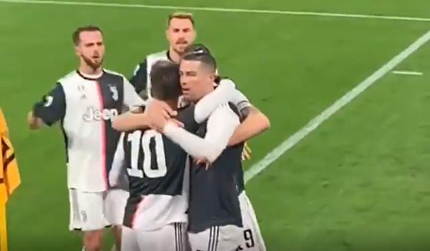 Hội chị em dậy sóng khi nhìn Ronaldo khóa môi anh chàng tiền đạo trẻ đẹp trai nhất đội ngay trên sân đấu - Ảnh 2.