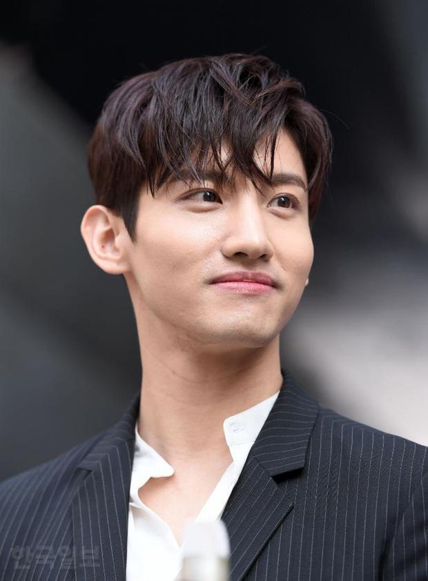 4 nam idol nhà SM đang công khai hẹn hò: Chen, Heechul gây náo loạn đầu năm 2020, Changmin (DBSK) đánh úp Dispatch - Ảnh 6.