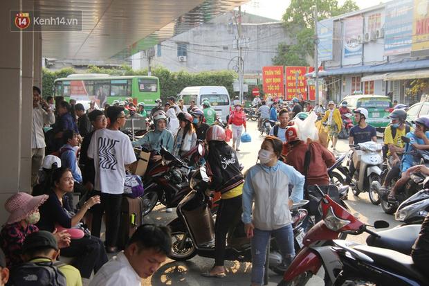 Người dân ùn ùn rời Sài Gòn về miền Tây ăn Tết khiến bến xe chật cứng, nhiều người ngủ gục trước giờ ra xe - Ảnh 12.