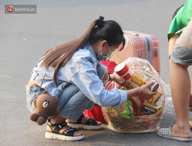 Người dân ùn ùn rời Sài Gòn về miền Tây ăn Tết khiến bến xe chật cứng, nhiều người ngủ gục trước giờ ra xe - Ảnh 9.