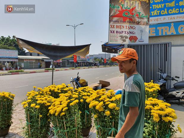 Chồng đột quỵ rồi mất trong lúc bán hoa Tết ở Sài Gòn, vợ cùng các con vội về đưa tang với hơn 2 tấn dưa còn nằm lại vỉa hè - Ảnh 6.