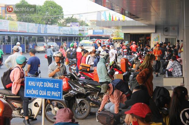 Người dân ùn ùn rời Sài Gòn về miền Tây ăn Tết khiến bến xe chật cứng, nhiều người ngủ gục trước giờ ra xe - Ảnh 2.