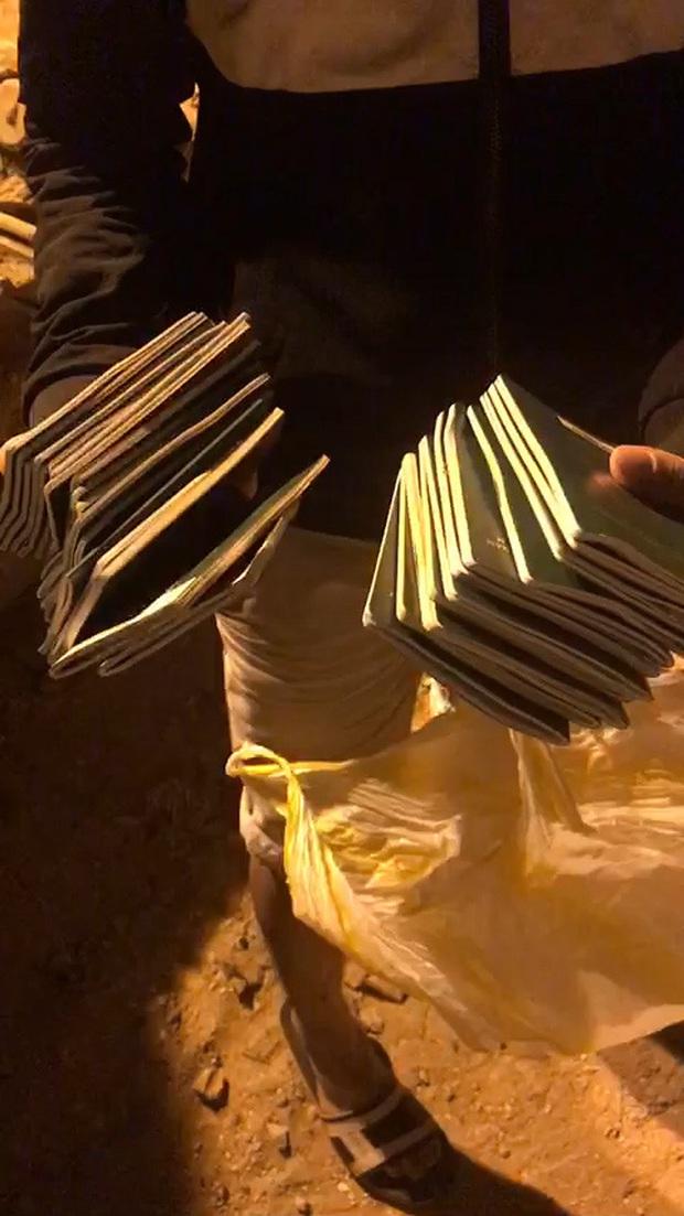 Hàng trăm người trắng đêm bới tung xe rác tìm 29 cuốn hộ chiếu thất lạc cho đoàn khách ở Đà Nẵng - Ảnh 3.
