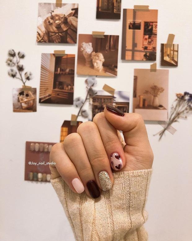 16 mẫu nail nhũ lóng lánh siêu xinh mà các chị em chưa kịp chốt sổ để diện Tết là tiếc hùi hụi - Ảnh 3.