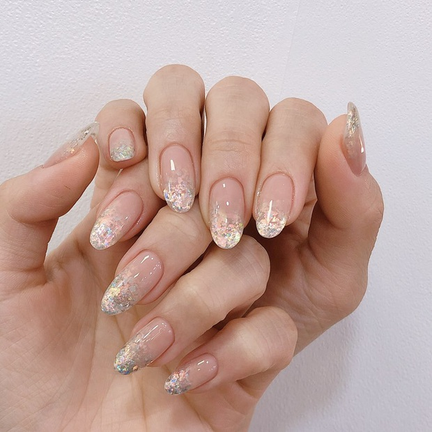 16 mẫu nail nhũ lóng lánh siêu xinh mà các chị em chưa kịp chốt sổ để diện Tết là tiếc hùi hụi - Ảnh 12.