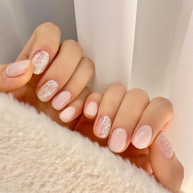 16 mẫu nail nhũ lóng lánh siêu xinh mà các chị em chưa kịp chốt sổ để diện Tết là tiếc hùi hụi - Ảnh 14.