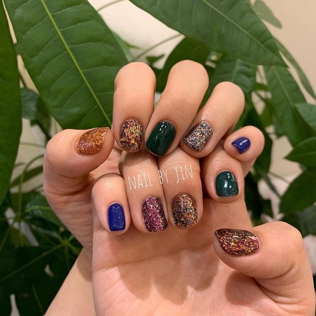 16 mẫu nail nhũ lóng lánh siêu xinh mà các chị em chưa kịp chốt sổ để diện Tết là tiếc hùi hụi - Ảnh 2.
