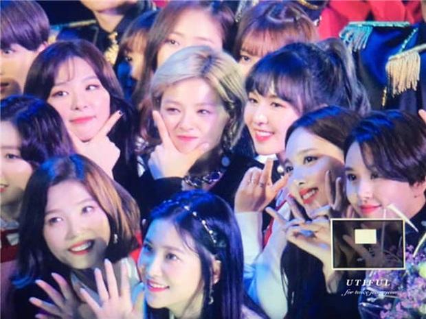 Nhìn các màn reaction giữa TWICE, BLACKPINK và Red Velvet thắm tình chị em thế này mà sao fan vẫn cứ chiến nhau chí choé được thế nhỉ? - Ảnh 4.