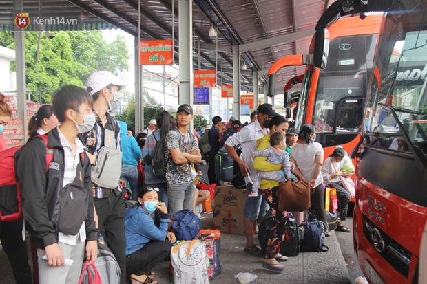 Người dân ùn ùn rời Sài Gòn về miền Tây ăn Tết khiến bến xe chật cứng, nhiều người ngủ gục trước giờ ra xe - Ảnh 4.