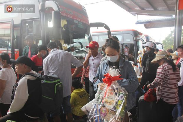 Người dân ùn ùn rời Sài Gòn về miền Tây ăn Tết khiến bến xe chật cứng, nhiều người ngủ gục trước giờ ra xe - Ảnh 11.