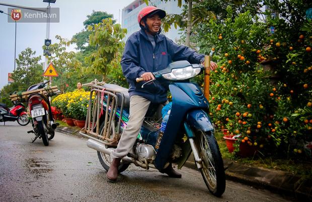 Chùm ảnh: Đội mưa rét chở cây cảnh thuê dịp Tết, người lao động kiếm tiền triệu mỗi ngày - Ảnh 7.
