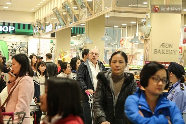 """Trung tâm thương mại Hà Nội """"thất thủ"""", khách hàng chen chúc mua sắm ngày 27 Tết - Ảnh 8."""