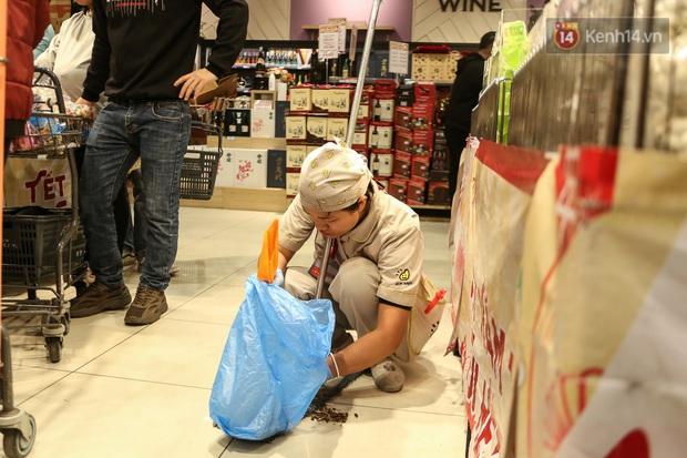 """Trung tâm thương mại Hà Nội """"thất thủ"""", khách hàng chen chúc mua sắm ngày 27 Tết - Ảnh 9."""