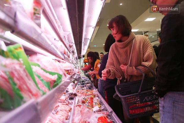 """Trung tâm thương mại Hà Nội """"thất thủ"""", khách hàng chen chúc mua sắm ngày 27 Tết - Ảnh 10."""
