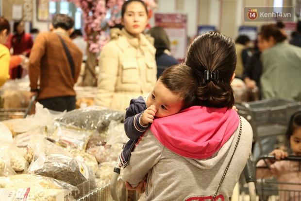"""Trung tâm thương mại Hà Nội """"thất thủ"""", khách hàng chen chúc mua sắm ngày 27 Tết - Ảnh 12."""