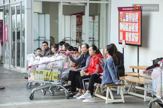 """Trung tâm thương mại Hà Nội """"thất thủ"""", khách hàng chen chúc mua sắm ngày 27 Tết - Ảnh 15."""
