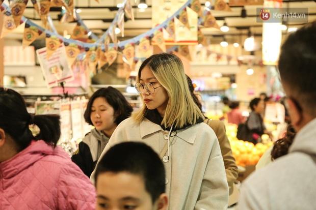 """Trung tâm thương mại Hà Nội """"thất thủ"""", khách hàng chen chúc mua sắm ngày 27 Tết - Ảnh 7."""