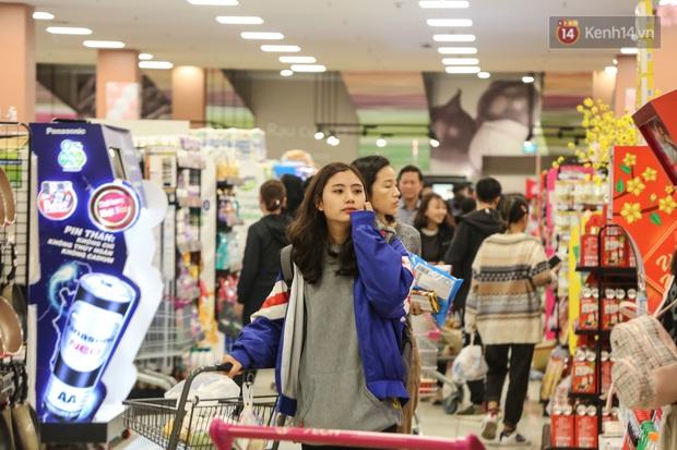 """Trung tâm thương mại Hà Nội """"thất thủ"""", khách hàng chen chúc mua sắm ngày 27 Tết - Ảnh 5."""