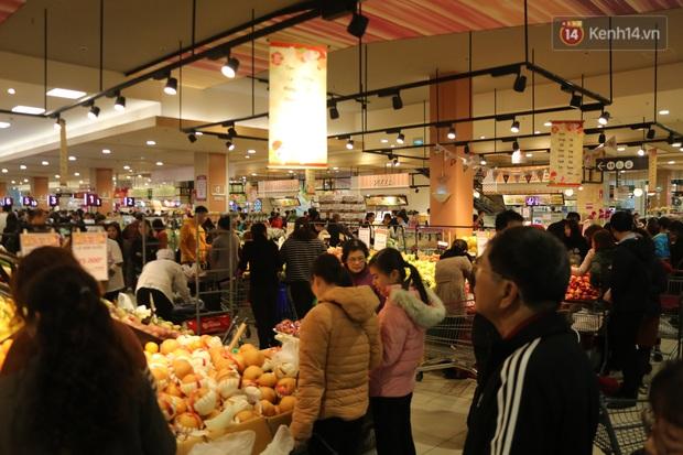 """Trung tâm thương mại Hà Nội """"thất thủ"""", khách hàng chen chúc mua sắm ngày 27 Tết - Ảnh 3."""